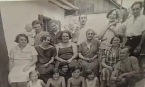 13001 FRITZ Alfred_enfants assis de gauche à droite_Gertrude FRITZ, Blanca FRITZ, inconnu, Alfred FRITZ, Ernestine FRITZ.  Photo prise probablement fin années 20, soit à Vienne ou à Györ, Hongrie
