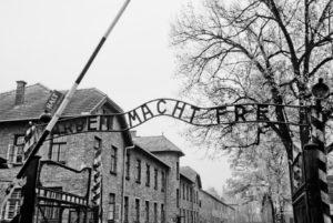 19653-HAAS-Jeanne_Auschwitz_portail