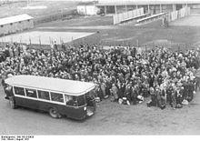 220px-Bundesarchiv_Bild_183-B10920,_Frankreich,_Paris,_festgenommene_Juden_im_Lager