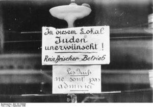 Plakat im Fenster eines französischen Restaurants