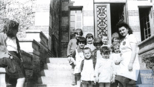 Denise HOLSTEIN with yellow star and children – Louveciennes 1944
