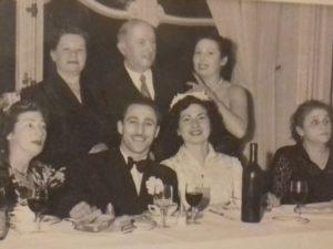 Le mariage de Rosa Hofenung au premier plan à côté de son mari Srul Norynberg en 1952. Sarah est derrière Rosa. Leizer à la droite de Sarah. (1)