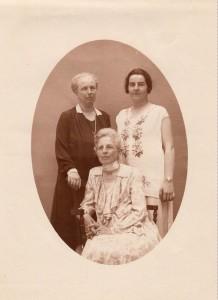 Jeanne Salomon en noir et Clémentine assise