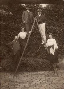 Jeanne et son mari Gustave à gauche, Clémentine à droite