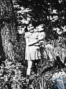 Lydie STRAUSS née le 14 novembre 1936 déportée de Drancy le 31 juillet 1944 par le convoi n°77.