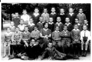 Le lycée à Kalisz vers 1923-25 . Charles sur la G. de la maitresse.