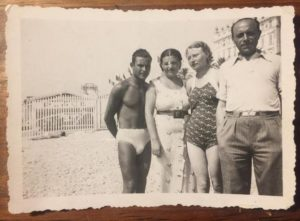 75604-BORENSZTEJN-Zofia_beach_in_white_with loved_ones