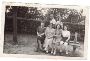 Dina et Paul debout et Alta et Suzanne au centre en 1941-archives familiales