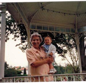 Suzanne, souriante et l'une de ses petites filles en 1988-archives familiales