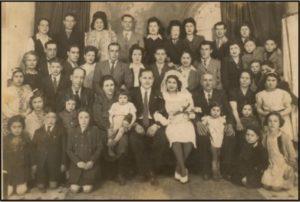 TIMSIT Yaich – dernier rang 4ème à partir de la gauche Photo de mariage de sa nièce (1943)
